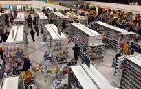 Перед закрытием покупатели смели товары с полок магазина Maxima