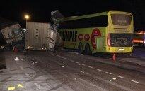 В Эстонии грузовик из Литвы столкнулся с автобусом: один человек погиб, 13 - в больнице