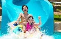 Vandens parkas, vandens pramogos, baseinas, vaikai maudosi