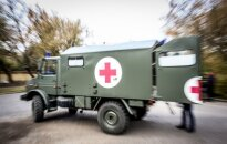 С дороги съехал автомобиль военной медицинской помощи