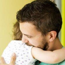 Kodėl vaikui itin svarbu, kad tėtis jį apkabintų, pabučiuotų ir pamyluotų