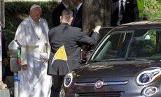 Popiežius Pranciškus ir jo papamobilis Fiat 500L