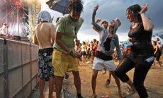 Jaunimas šoka, šventė, vakrėlis, linksmybės