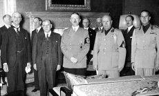 """Pasirašant Miuncheno sutartį. Iš kairės į dešinę N. Čemberlenas, E. Daladjė, A. Hitleris, B. Musolinis, G. Ciano. 1938 m. rugsėjo 30 d., leidyklos """"Briedis"""" nuotr."""