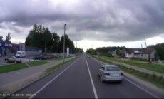Gniaužia kvapą – sunkvežimio vairuotojas vos spėjo aplenkti netikėtai išvažiavusią mašiną
