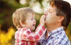 Psichologė: tėčio meilė vaikui skiriasi nuo mamos
