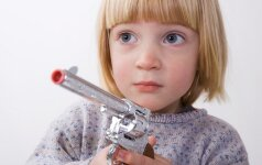 Psichologas tvirtina, kad žaisliniai ginklai yra naudingi vaikams