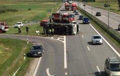 На магистрали Вильнюс-Каунас образовалась пробка: перевернулся мусоровоз