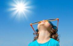 saulė,karštis, vaikas, mergaitė, akiniai, vasara, dangus,šiluma,atostogos