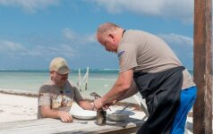 Kaip M. Starkus ir V. Radzevičius Centrinės Amerikos paplūdimyje kugelį kepė