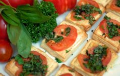 Greitai pagaminami ir burnoje tirpstantys pyragėliai su pomidorais