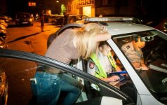 В Вильнюсе пьяная девушка побила машины: я хотела переставить машину
