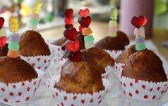 Mokslo metų pradžiai: skanūs ir šventiškai dekoruoti keksiukai