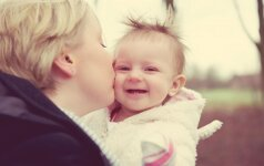 Gydytoja – apie virusą, kurį gauname nuo mus bučiuojančių tėvų ar kitų artimųjų