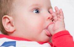 Kas geriau vaikui: čiulpti pirštą ar čiulptuką? Gydytojos komentaras