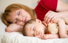 Kur geriau miegoti mažyliui: savo lovoje ar tėvų?