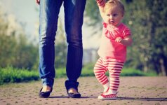 Kaip padėti vaikui žengti pirmuosius žingsnius: atsako kineziterapeutė