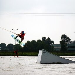 Vėjo ir vandens stichijas pažabojusi vilnietė: ekstremaliu sportu gali užsiimti kiekvienas