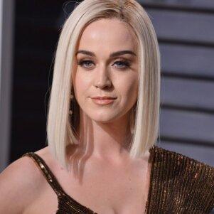 Kai atsiduri prasto plaukų stilisto kedėje? Katy Perry šukuosenų metamorfozės nedžiugina (FOTO)
