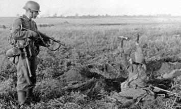 1941 m. birželio 22 d., Vištyčio rajonas. Tardomas į nelaisvę patekęs politinis Raudonosios armijos vadovas (politrukas)