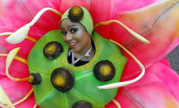 Mergina gėlės kostiumu