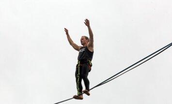 Pasivaikščiojimas juosta 20 metrų aukštyje