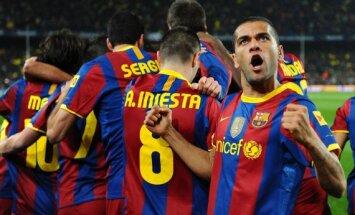 D.Alvesas ir Barcelona futbolininkai triumfuoja po įvarčio