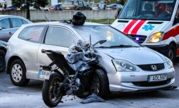 Šiurpi avarija: keleivė nuo smūgio nuskriejo, motociklo vairuotojas užsidegė