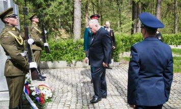 Antrojo Pasaulinio karo aukų pagerbimo ceremonija, Rusijos ambasadorius A. Udalcovas prie paminklo Lietuvos partizanams