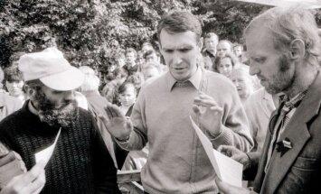 1988 m. rugpjūčio mėn. 17 d. Petras Cidzikas ir Algimantas Andreika pradėjo bado streiką Gedimino aikštėje, kuriuo reikalauta, kad būtų paleisti visi lietuviai politiniai kaliniai. Lietuvos Laisvės Lygos (LLL) atstovas, disidentas Petras Cidzikas (iš kair