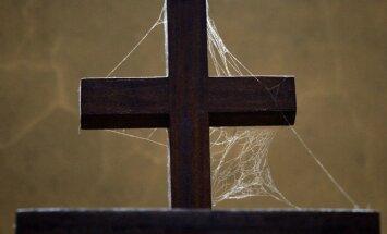 Anūkai pasipiktinę: močiutės laidoti nebaigęs kunigas išėjo iš kapinių