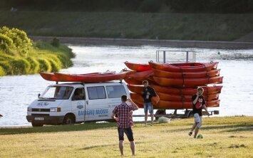 Baidarių nuomotojai džiaugiasi atėjusia vasara, bet dabar vargsta su girtais plaukikais