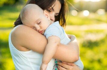 Vaikas prilipęs prie mamos: kaip skatinti savarankiškumą