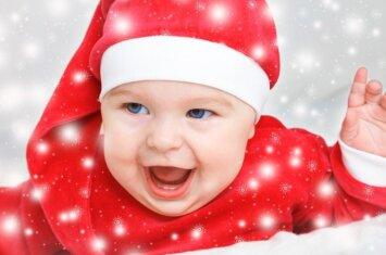 """<span style=""""color: #ff0000;"""">Pro rakto skylutę:</span> kaip iš tiesų atrodo Kalėdos, kai namuose yra mažų vaikų <sup style=""""color: #ff0000;"""">(VIDEO)</sup>"""