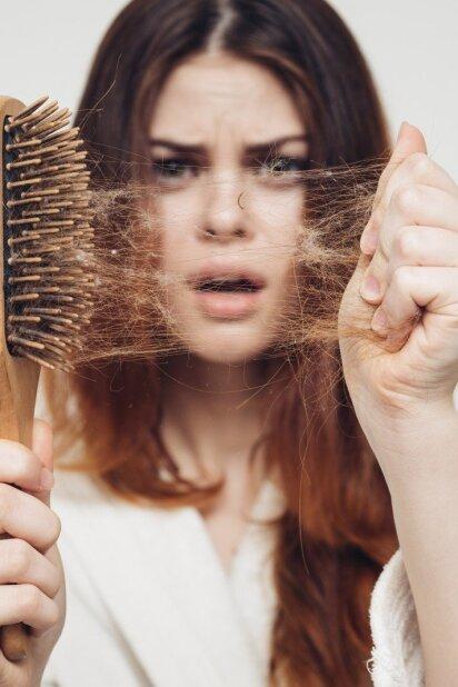 Nuolat slenka plaukai? Priežastis gali būti netikėta ir labai rimta