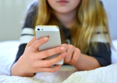 """Psichologė Asta Blandė: """"Kaip elgtumėtės, jei kažkas jums iš rankų išplėštų telefoną?"""""""