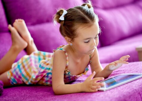 Priklausomas nuo ekranų vaikas: psichologas įspėja tėvus