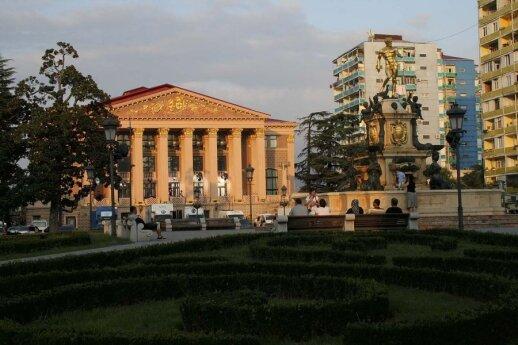 Viena gražiausių Rustavelio prospekto puošmenų – Batumio dramos teatras