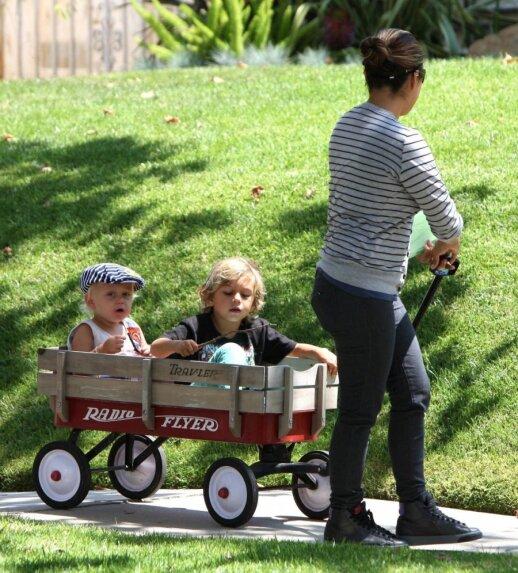 Holivudo žvaigždžių mada - vaikus vežioti ne vežimėlyje