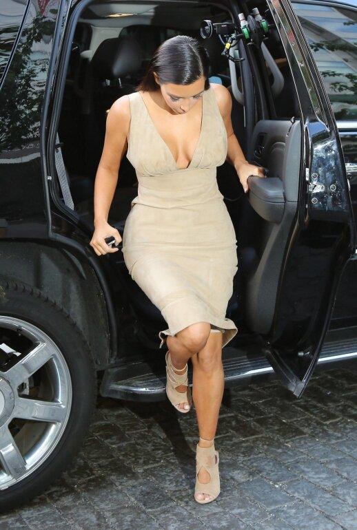 Be formuojančių apatinių pagalbos Kim Kardashian vargiai galėtų dėvėti tokias sukneles