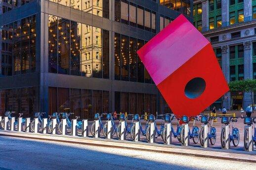 """Japonų kilmės amerikiečio Isamu'o Noguchi'io skulptūra """"Red Cube"""" (angl.; """"Raudonasis kubas"""") Brodvėjuje"""
