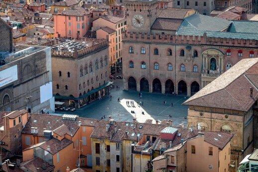 Centrinėje miesto aikštėje esančios rotušės fasade iškalta sėdinčio popiežiaus Grigaliaus XII statula. pagal šio Bolonijoje gimusio popižiaus 1582 metais pasirašytą dekretą įsigaliojo Grigaliaus kalendorius