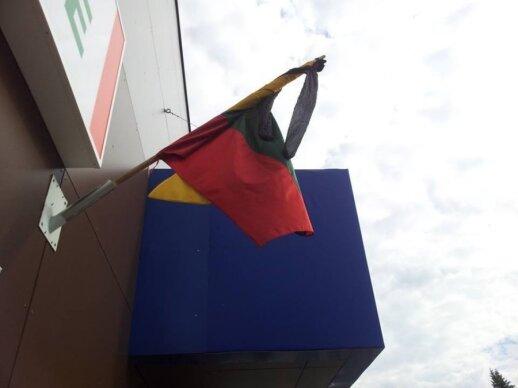 Lietuvos trispalvė iškelta su juodomis moteriškomis pėdkelnėmis