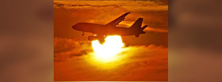 Lėktuvas saulėlydžio fone.