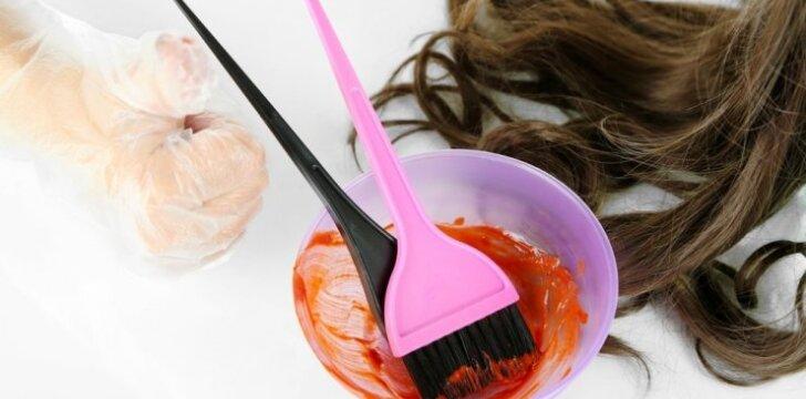"""Dažai plaukus namuose? <span style=""""color: #c00000;"""">Štai klaidos,</span> dėl kurių jie atrodo ne taip gerai, kaip galėtų"""