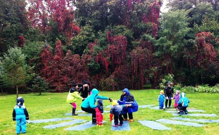 Vaikų joga lauke – kūno ir emocijų mankšta, kuri vyksta net ir per lietų
