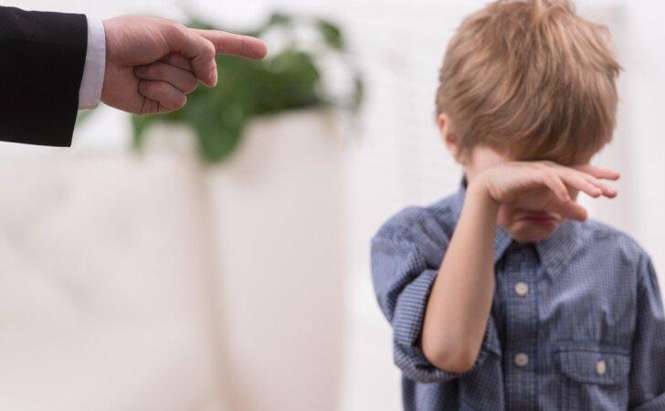 Kas nutinka, kai mes TIK pliaukštelim vaikui? Atsakymas patiks ne visiems