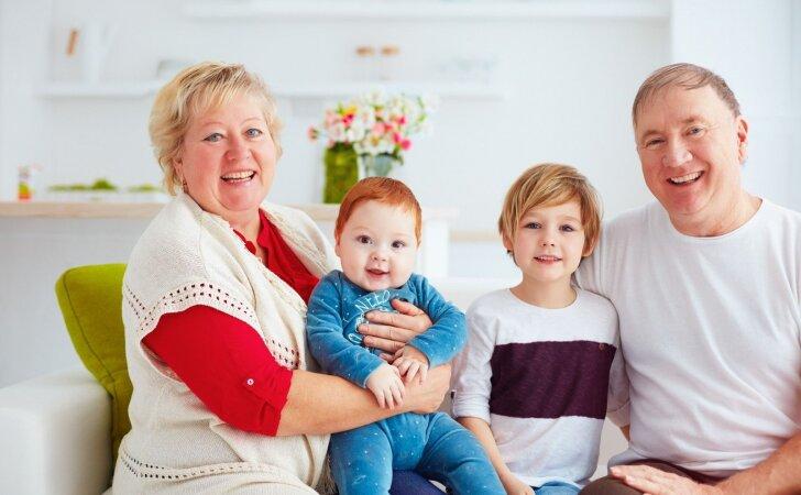 Seneliai gyvena ilgiau, jeigu padeda rūpintis anūkais