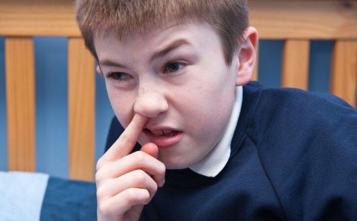 Krapšto nosį, graužia nagus ir suka plaukus: ką turime žinoti apie įkyrius įpročius?