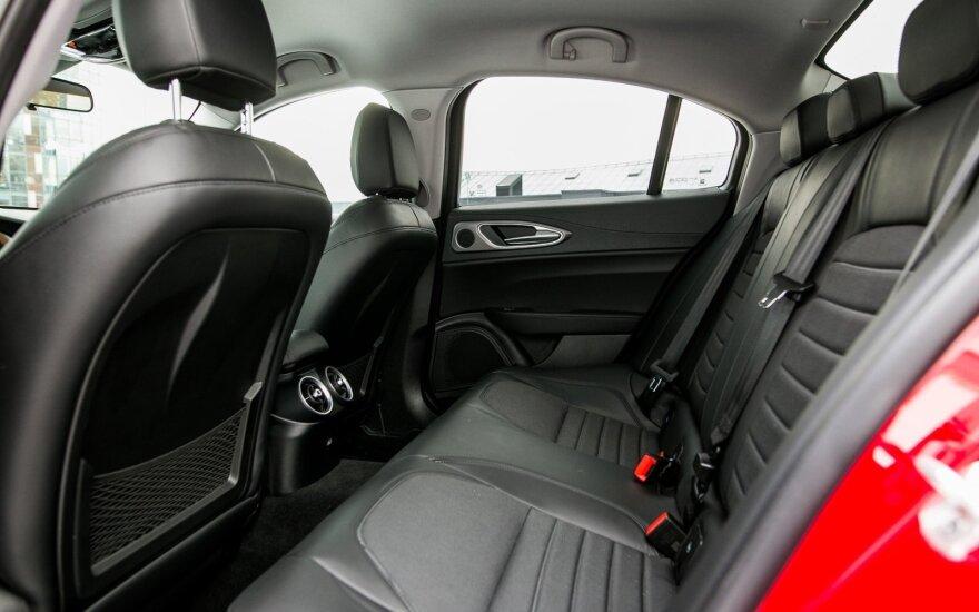 """Ant galinės """"Alfa Romeo Giulia"""" sėdynės patogiausia bus dviese"""